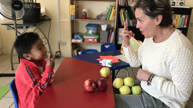Niños con problemas de audición obtienen ayuda