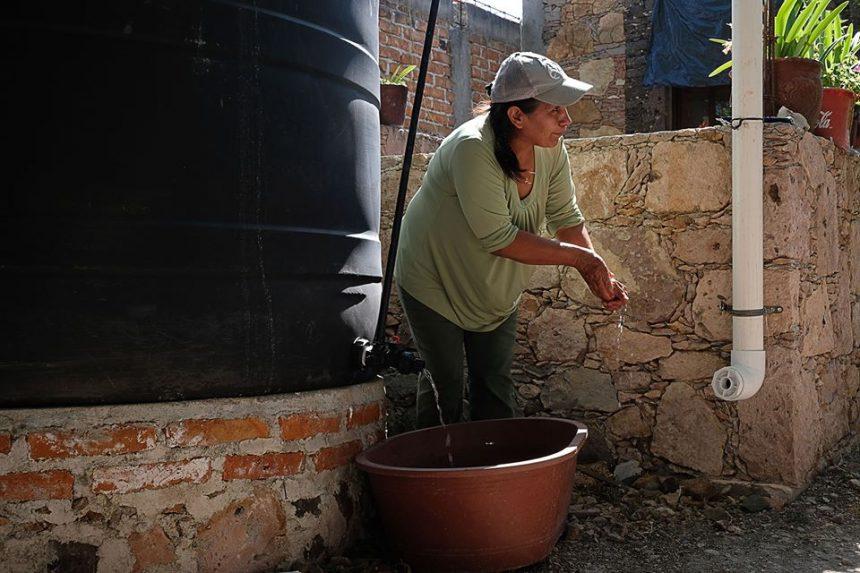 ¿Cómo pueden las familias lavarse las manos múltiples veces al día si no tienen suficiente agua?