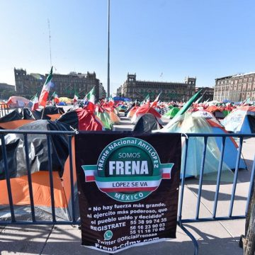 FRENAA movement demonstrations against the president take place at the Zócalo