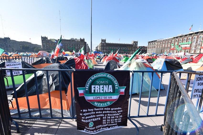 El movimiento FRENAA se manifiesta en el zócalo en contra del presidente nacional