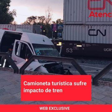 Camioneta turística sufre impacto de tren