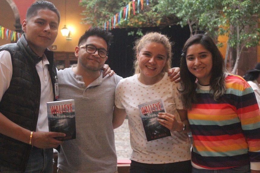Amigos, música, y un libro