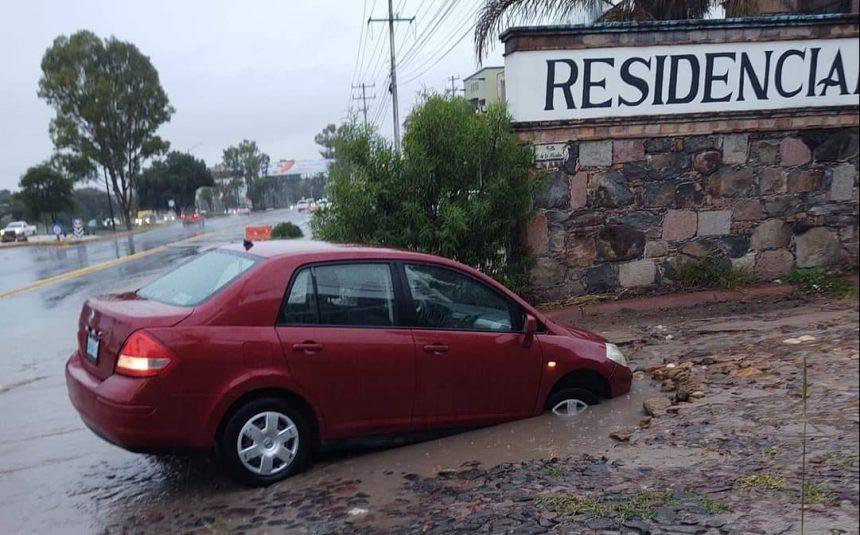 Causa daños a vivienda, y hasta el arrastre de un auto la lluvia atípica